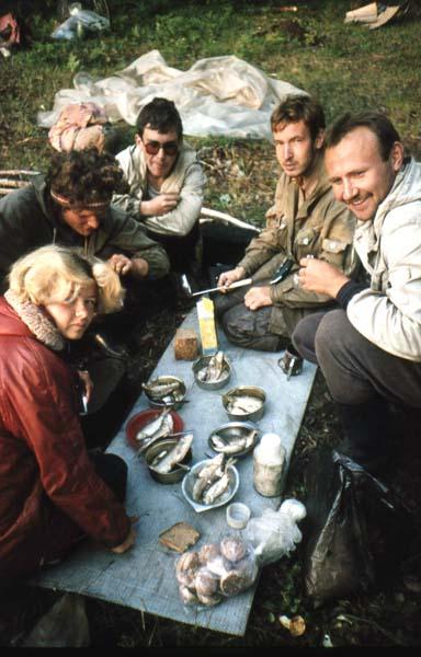 1992 г. Поход 5 кат.сл. Рыбка из Байкала. Слева направо: Лебедева О., Демидов Д., Благодаров А., Дрожжин Д., Юмашев А.