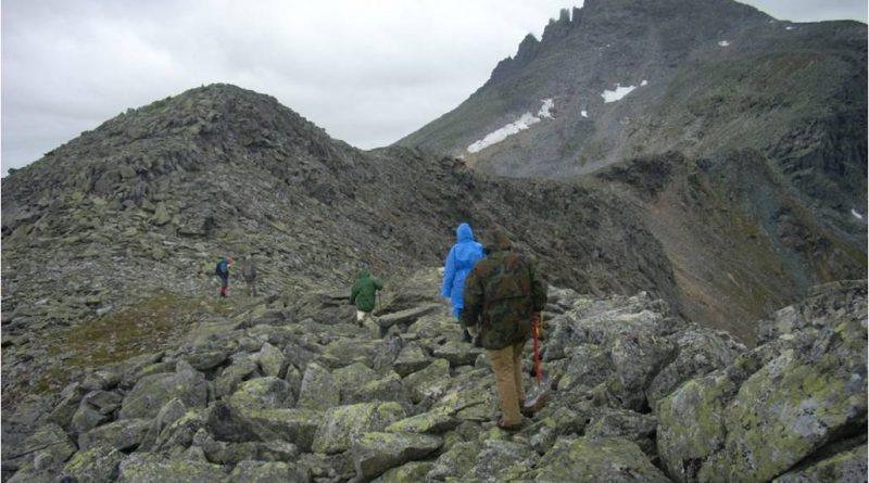 Подъём на Манарагу с седловины идет практически всё время по северо-восточному её гребню.