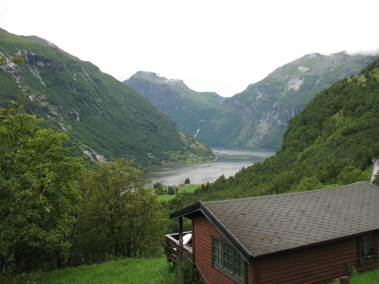 Вид на Гейрангер - фьорд от Fossen - camping