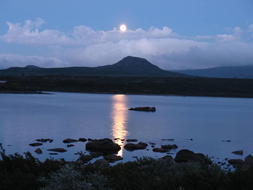 Лунная дорожка на озере Vinstre.