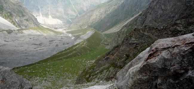"""Вид на а/б """"Безенги"""". На спуске с висячей долины ледника С.Уллуауз"""