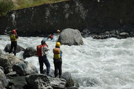 Фото 43. На трассе порога Татыр навал на булыган в левой трети реки.