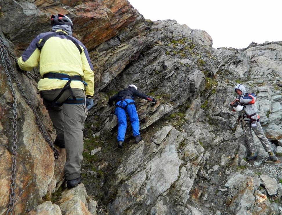Фото 29, 30. Траверс скального участка над боковой мореной л. Рутор (на подходе под пер. Планаваль)