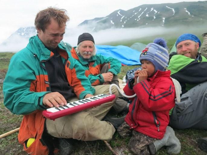 Фото. Чукотскому малышу понравился Данькин музыкальный инструмент- мелодика.