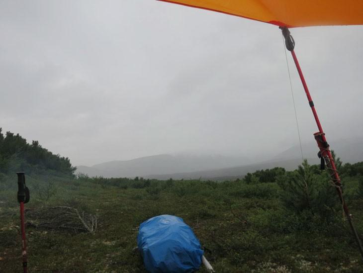 Фото. Утром долго, до обеда пережидаем под тентом дождь.