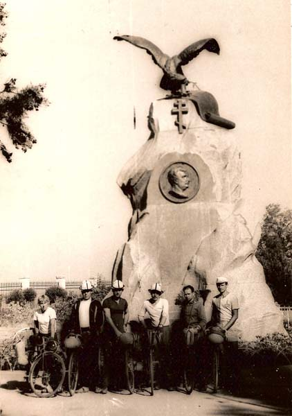 Сентябрь 1978 года. У памятника Н.М. Пржевальскому на Иссык-Куле, слева направо: Вера Букина, Николай Ильичев, Николай Хильченко, Виктор Мазуркин, Николай Назаров, Иван Дикун.