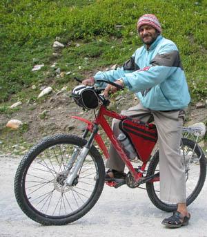 Mr. Om Parkash. На дизельном 17 местном автобусе SWARAJ MAZDA. Номерной знак HP 02-1569
