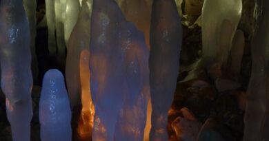 Ледяные сталагмиты.