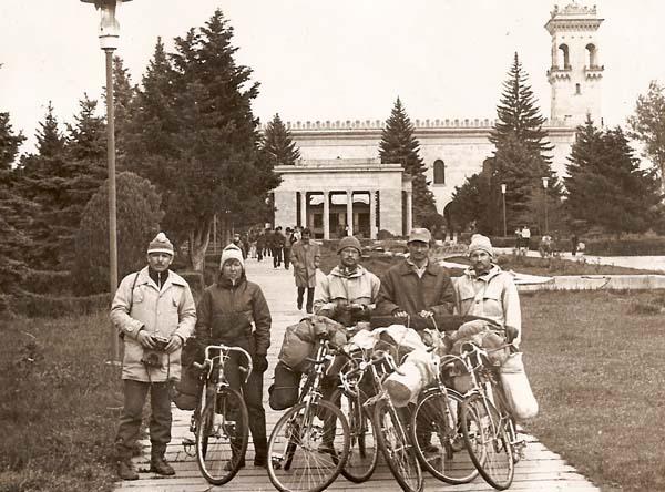 У музея И.В.Сталина в Гори. Слева направо: В. Мазуркин, В. Букина, А. Рудаков, И. Дикун, В. Мироненко. Фотографировал Леонид Черных.