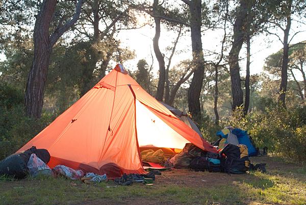 """Цвет тента дает радостный свет внутри палатки. Даже в пасмурную погоду внутри """"солнечно"""""""