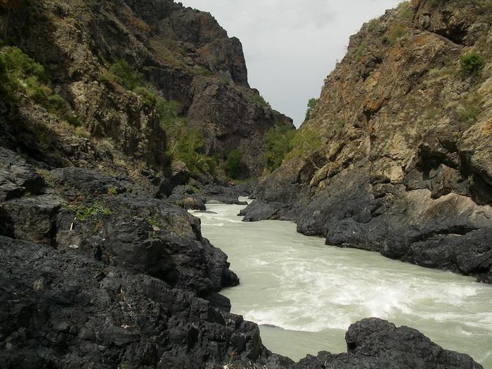 Фото 26. р.Тентек, 4й каньон, участок перед водопадом с двумя кривыми сливами (катамаран лежит на полке у водопада).