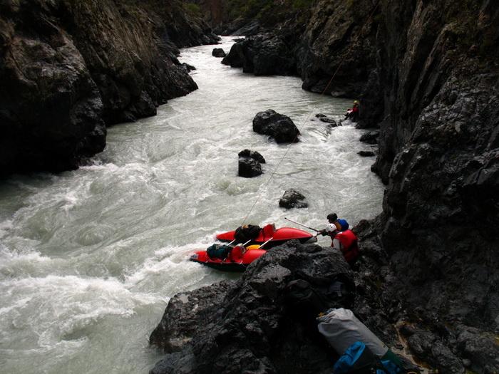 Фото 27. р.Тентек, 4й каньон, перегон катамаранов на веревке от чалки к выходу на полку у водопада.