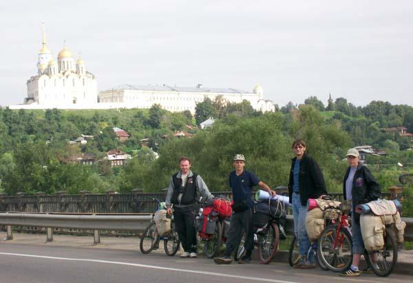 У стольного города Владимира, слева направо: Сергей Чумаков, Марк Егоров, Владимир Галухин, Елена Хильченко.