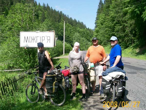Май 2008 года, Украинские Карпаты, поход 4 категории сложности, слева направо: Пискарев В., Хильченко Е., Богатырев В., Белодед С.