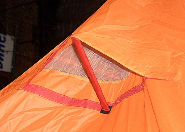 """Одно из двух вентиляционных отверстий в вершине пирамиды.Палочка на липучке. В транспортном состоянии может быть убрана.Для в случае сильного дождя или иных случаев вентиляционное окно можно закрыть,""""заперев"""" на длинную липучку"""