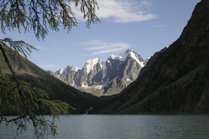 В.Шавлинское озеро. Вдали вершины Красавица и Сказка.