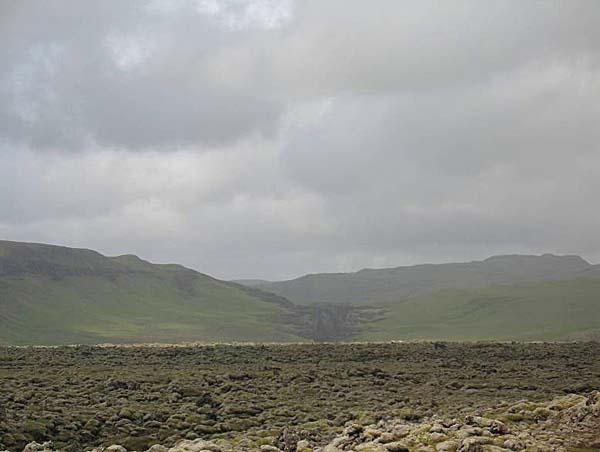 Вид в сторону трещины Лаки с дороги №1