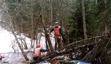 фото 6. Типичное препятствие на реке. Преодолевают его Стаканов А.и Гудков О.