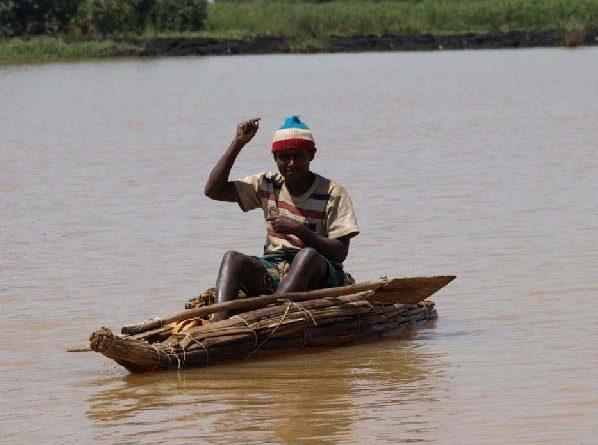 Рис.6. Рыбак на папирусной лодке.