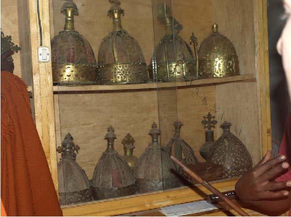 Рис.9. Короны эфиопских царей 16-18 века в музее на оз.Тана