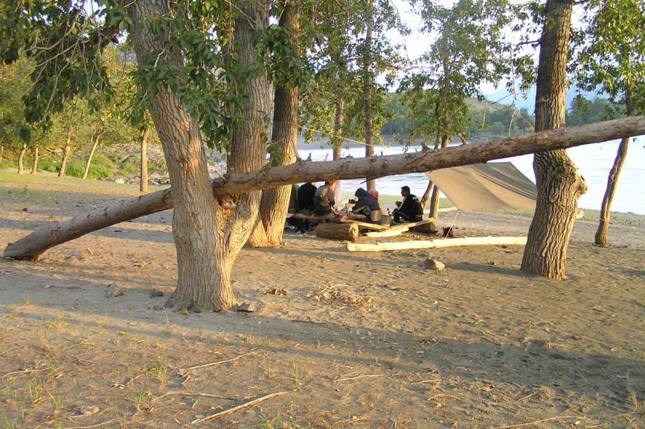 Фото 33 – Стоянка на ПБ Катуни 2 км ниже устья р. Б. Яломан