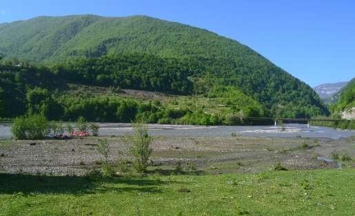 Фото 75 Вид со стоянки на мост и сужение гор. Слева в центре зачаленные катамараны