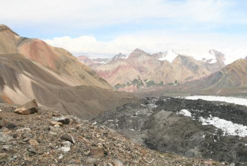 Вид с морены ледника Ленина на участок тропы перед рекой