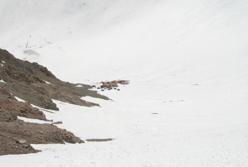 Вид на лагерь №2 с подъема на гребень ведущий к в.Раздельная