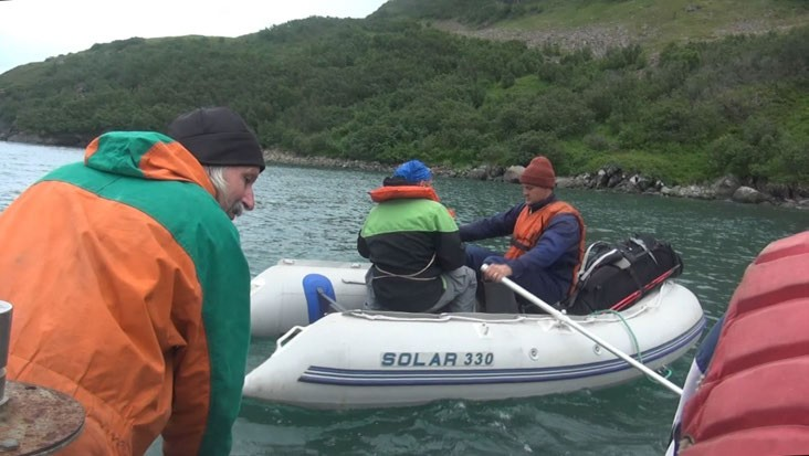 ФОТО. Высадка с помощью надувной лодки, по одному, за четыре рейса.